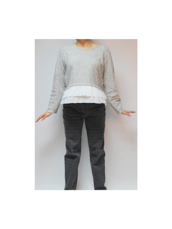 šedý svetr s košilovým lemem