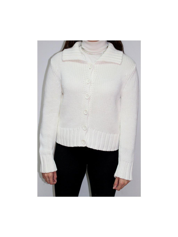 bílý svetr s knoflíky