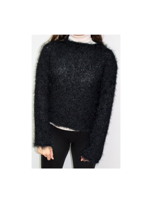 černý chlupatý svetr