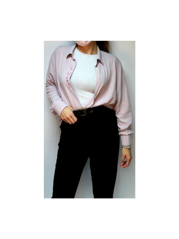 fialová košile s výšivkou