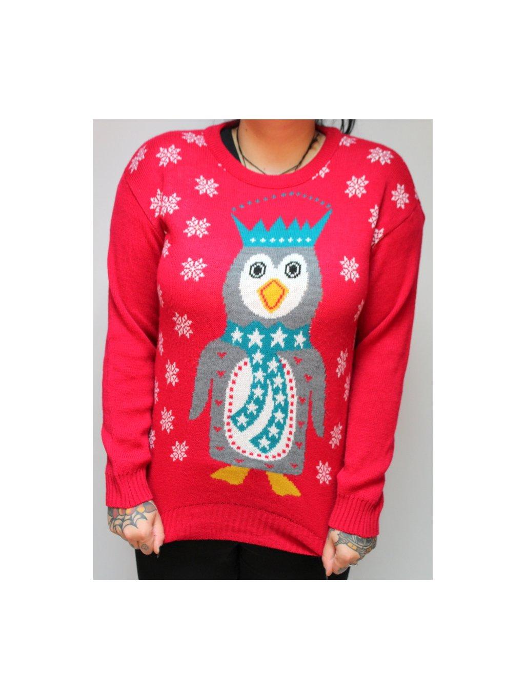 červený svetr s tučňákem