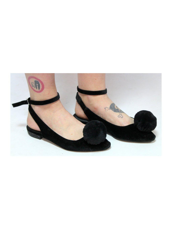černé boty s bambulkou
