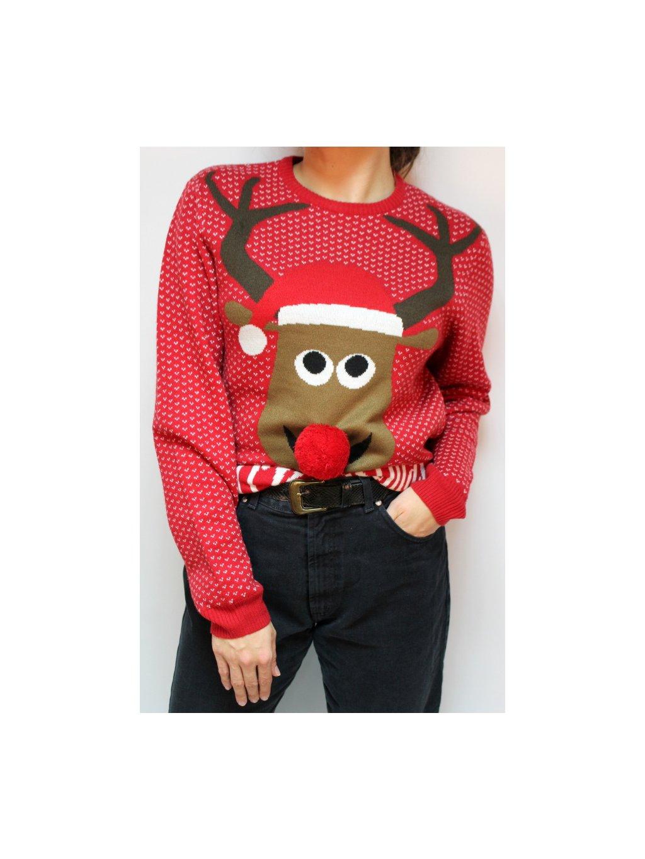 vánoční svetr se sobíkem, který má nosík jako bambulku