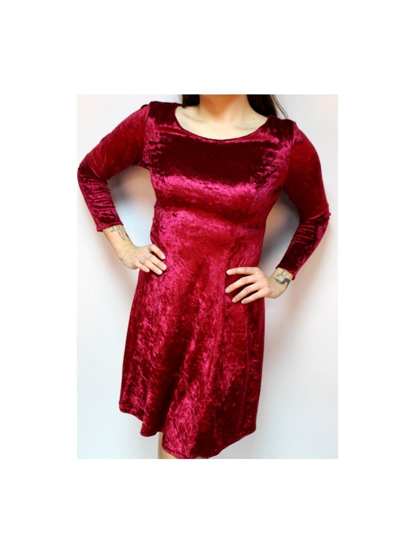 červené sametové šaty s princesovými švy