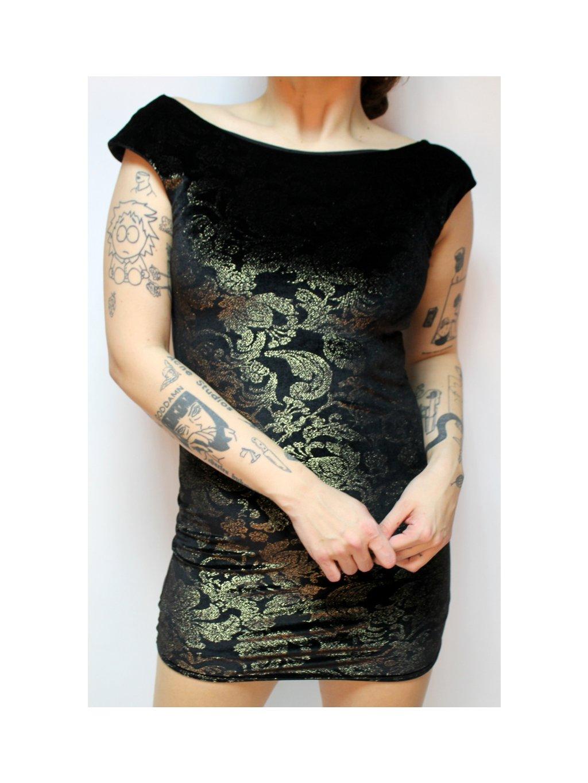 černé sametové šaty vyšívané zlatou nití