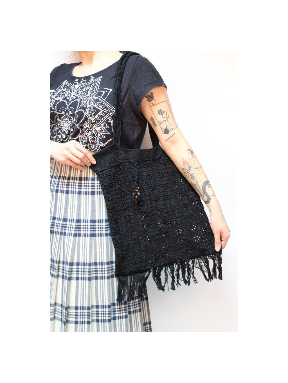 černá ručně pletená taška