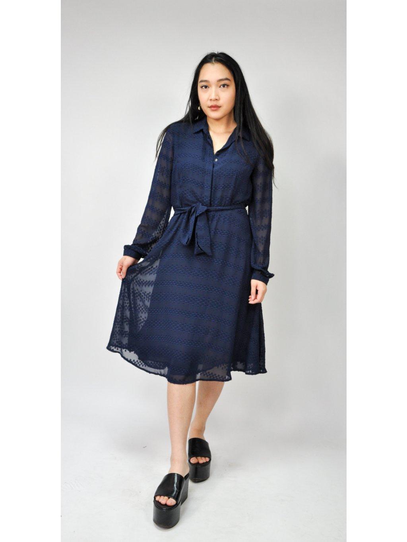 tmavě modré šaty se vzorem