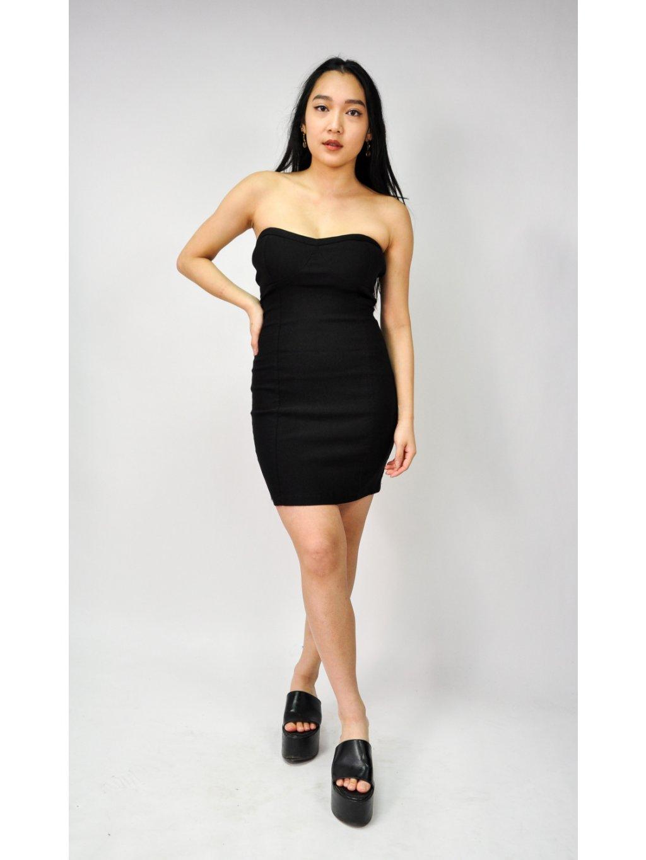 černé pouzdrové šaty s průstřihy na zádech