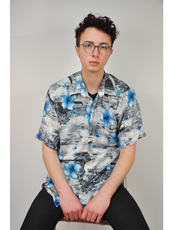 šedá košile s havajským vzorem