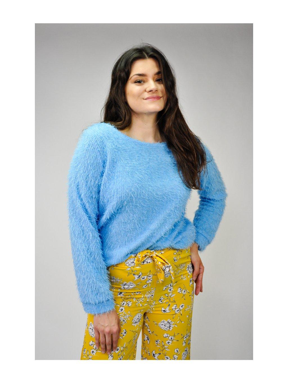 modrý chlupatý svetr