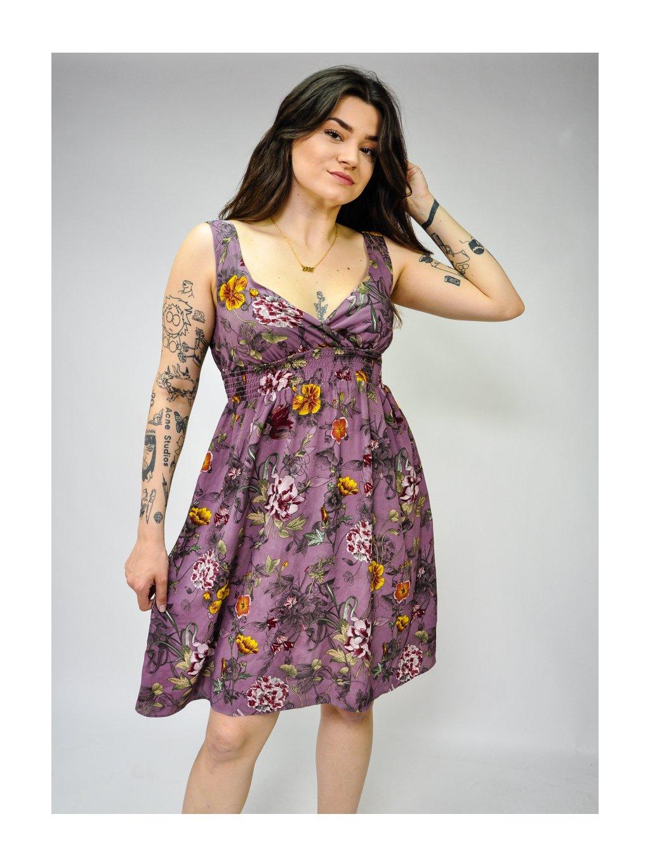 fialové šaty s květy