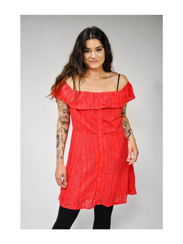 červené šaty s knoflíky