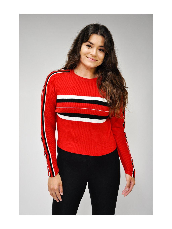 červený svetr s proužky