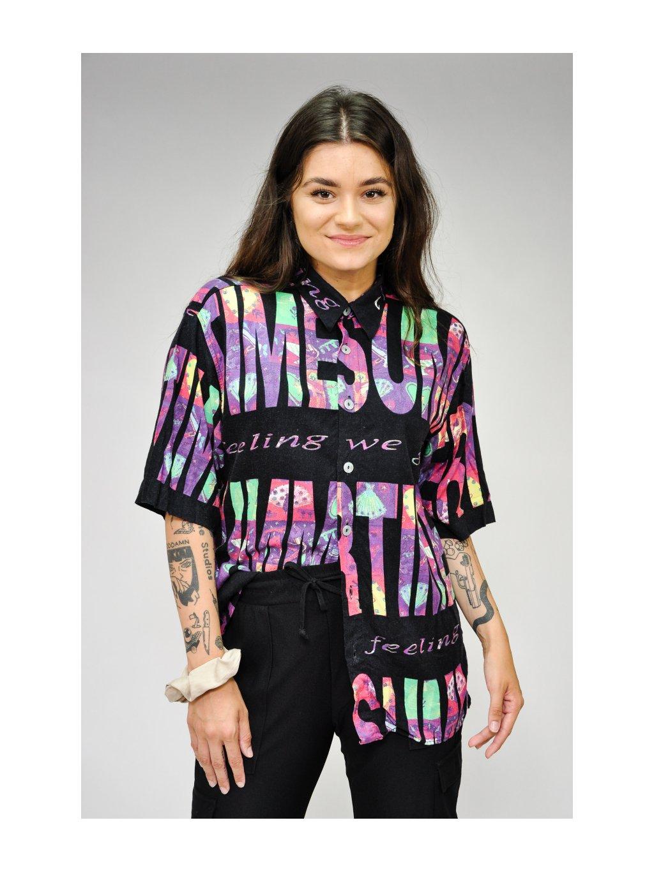 černá košile s barevnými nápisy