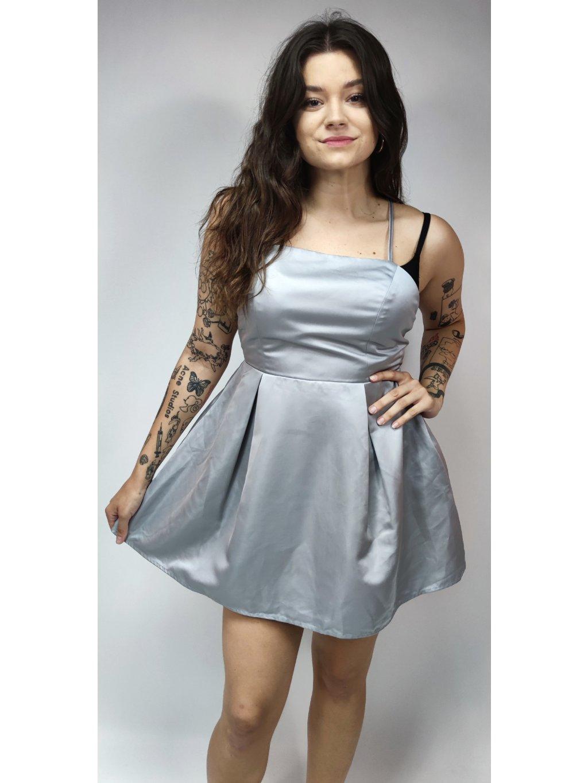 šedé lesklé šaty