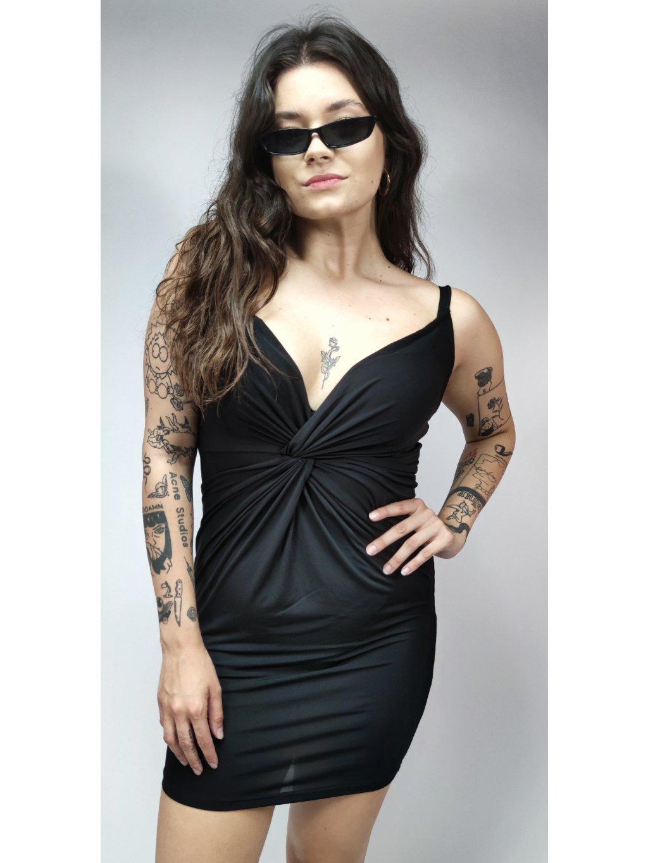 černé šaty zajímavého střihu