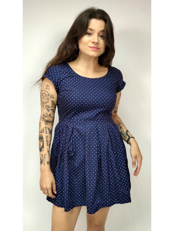 modré puntíkované šaty