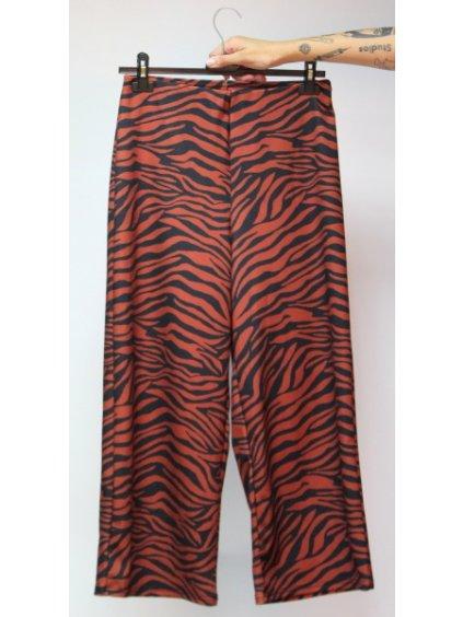 hnědé kalhoty se vzorem zebry
