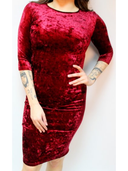 červené lesklé šaty