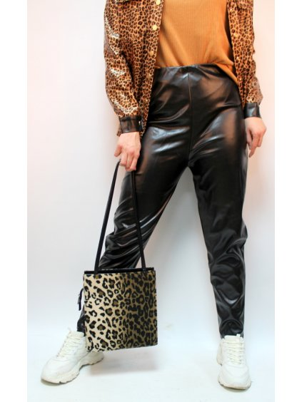 černé koženkové kalhoty