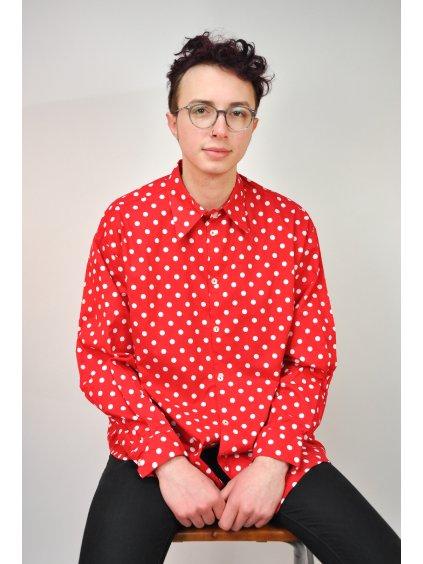 červená košile s puntíky