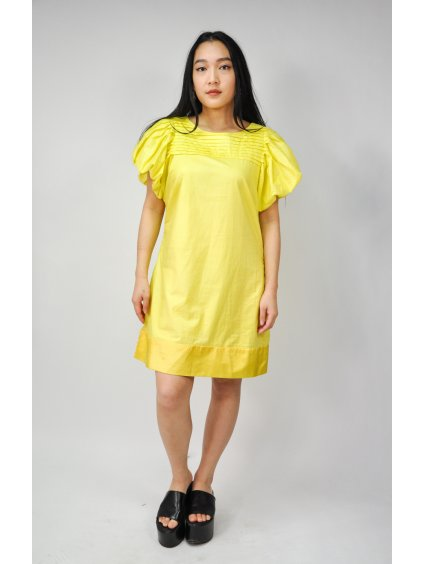 žluté šaty s balonovými rukávy