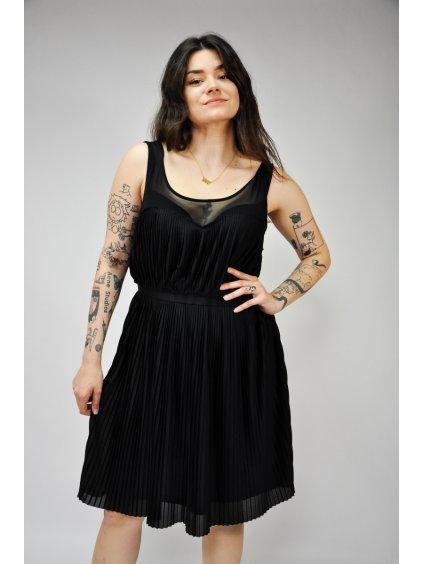 černé skládané šaty