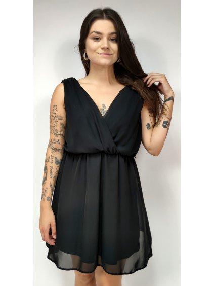 černé šaty s véčkovým výstřihem