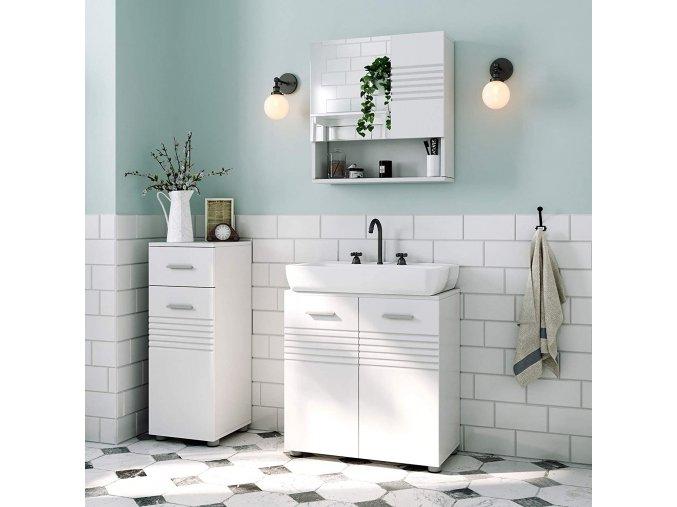 bílá koupelnová skříňka se zrcadlem