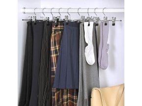 kovové ramínko na oblečení