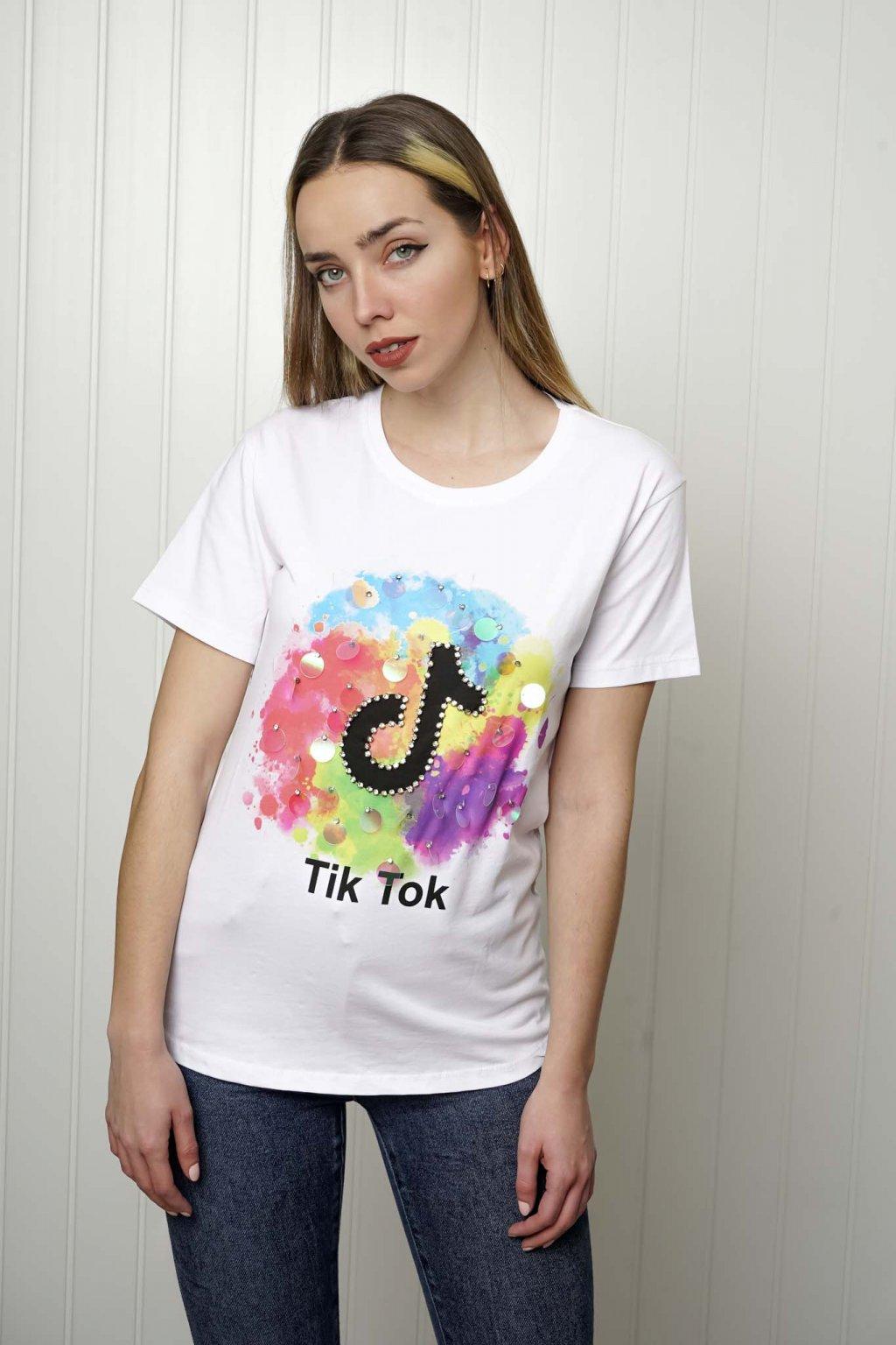 tričko, tričkové šaty, biele, čierne, žlté, vzorované, potlač, vyšívané, nášivky, fialové, street style, 153