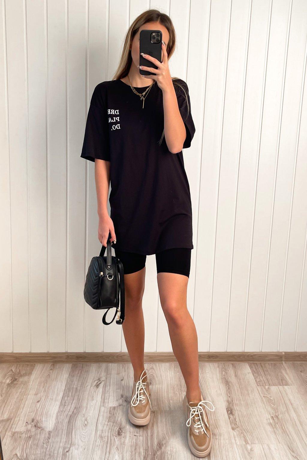 Predlžené tričko s nápisom čierne