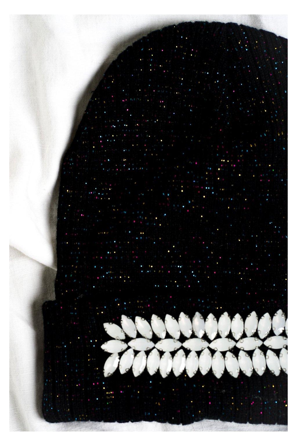 Trblietavá čiapka s aplikáciou čierna