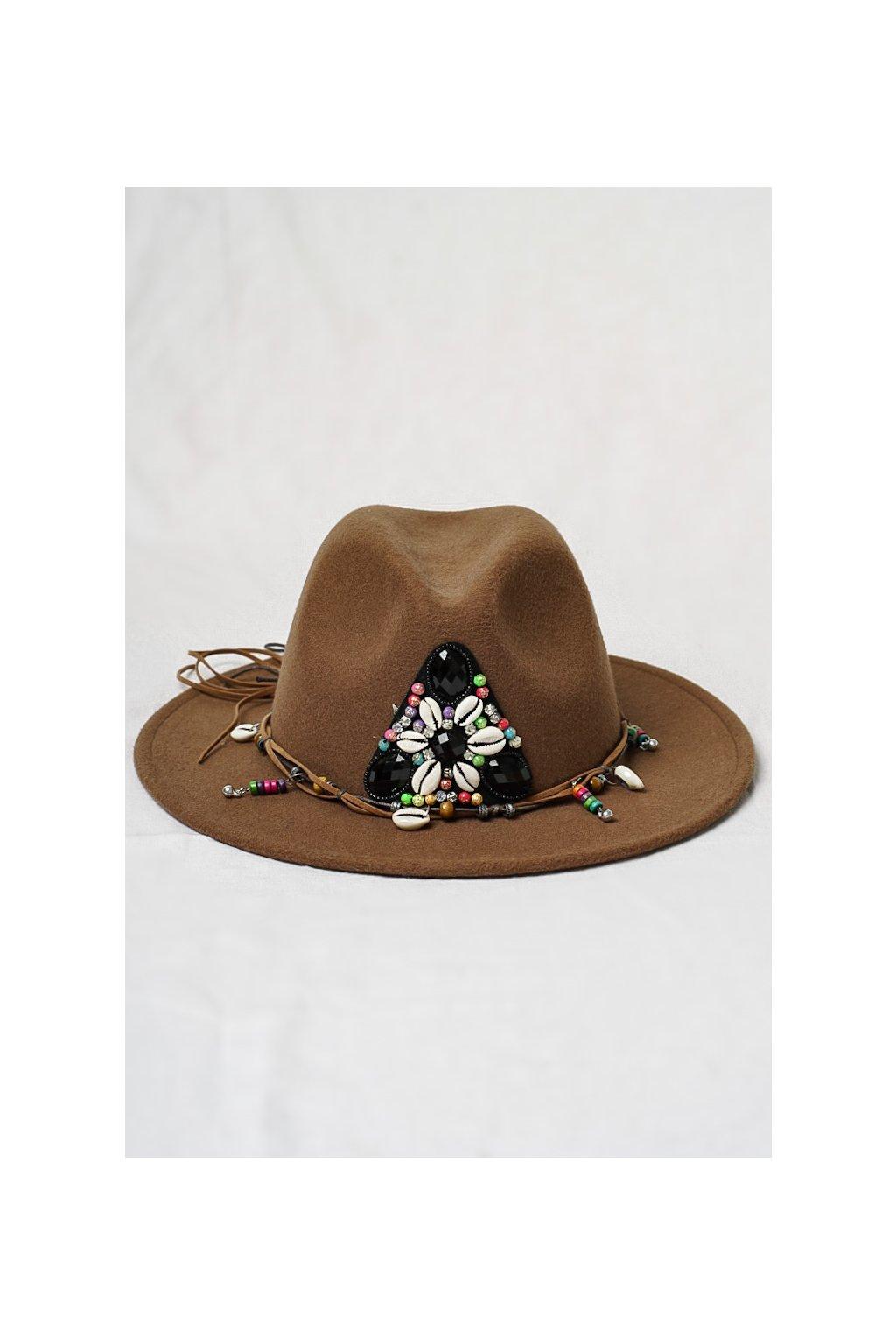 Hnedý klobúk s aplikáciou