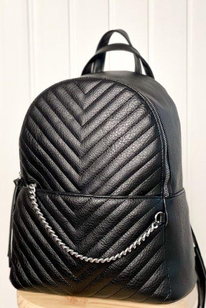 Čierny ruksak s prešivaním a reťazou
