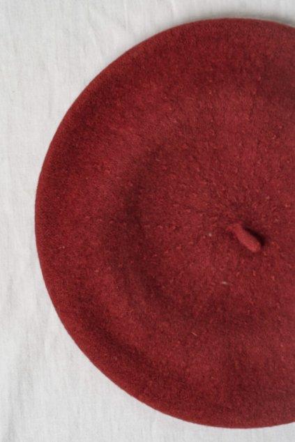 Baretka v terakotovej farbe