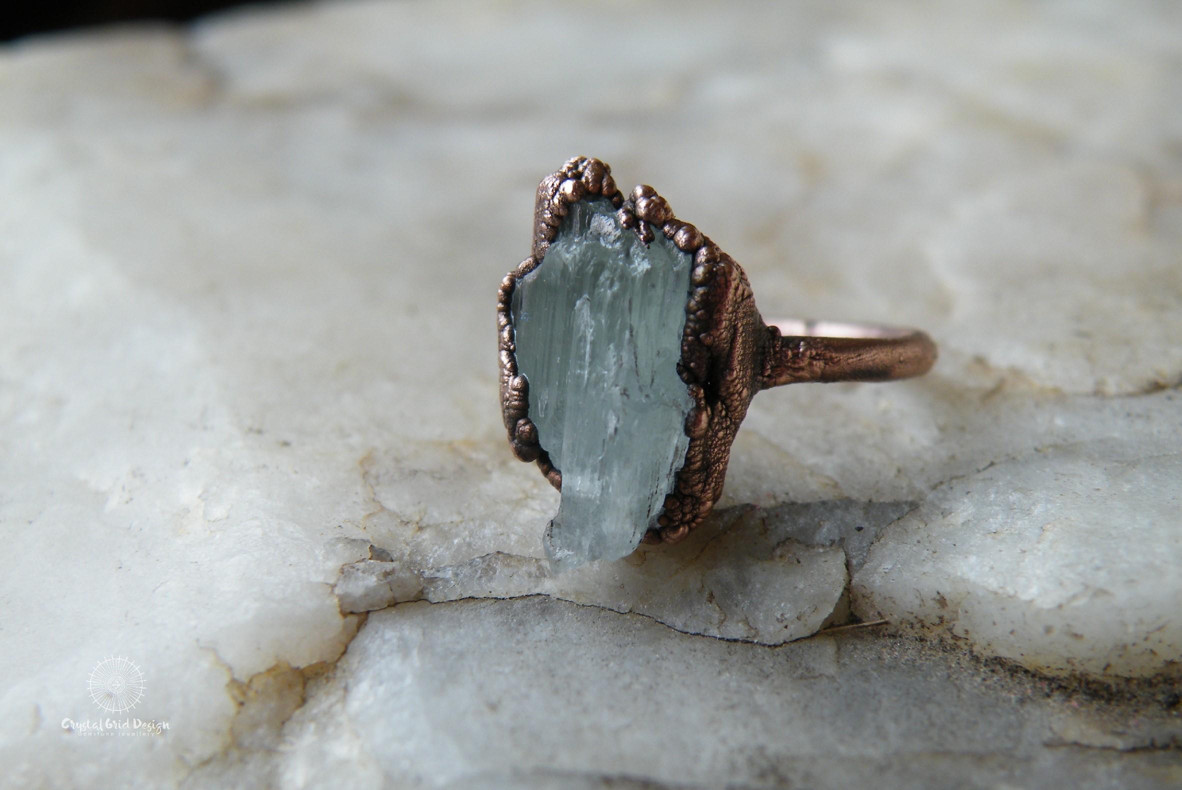Prsten s hiddenitem