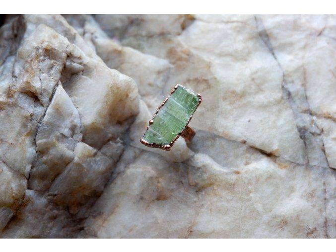 Prsten se zeleným kyanitem vel. 52