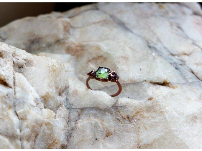 Prsten se zeleným turmalínem a zirkony vel. 57