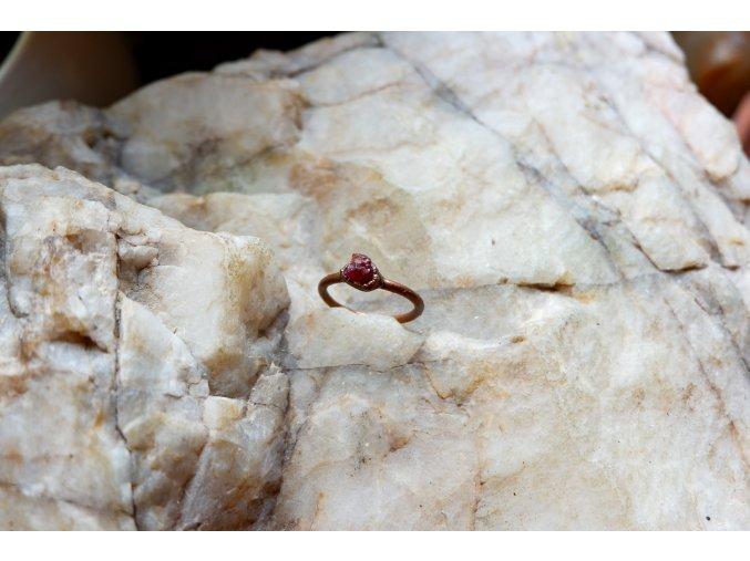 Prsten s rubínem vel. 58