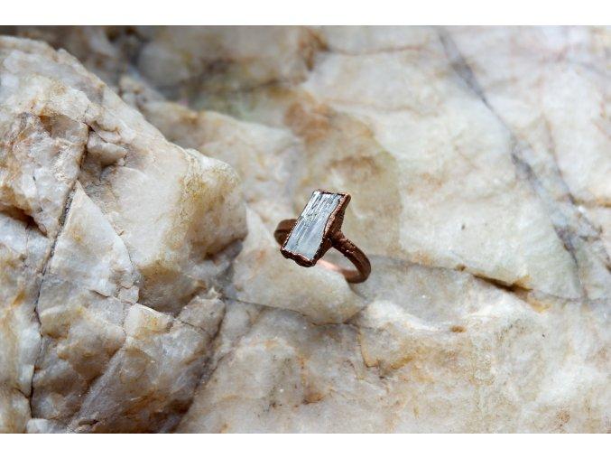 Prsten s hiddenitem vel. 57