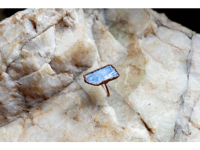 Prsten s modrým kyanitem vel. 53