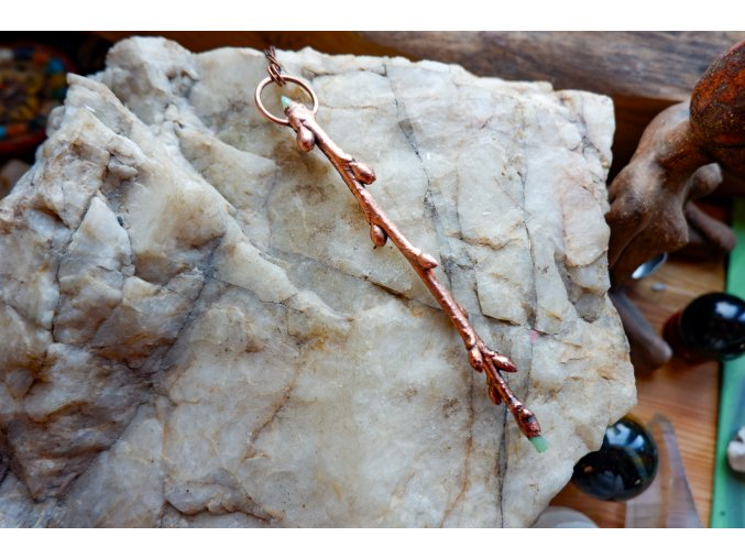 Třešňová hůlka s opálem a smaragdem