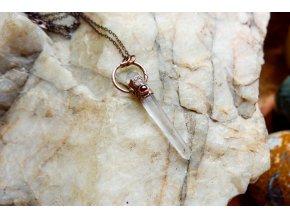 Přívěsek s křišťálem, růženínem a granátem