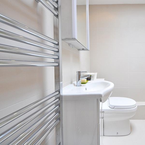 Jak vytápět v koupelně ekonomicky? Podrobný přehled možností