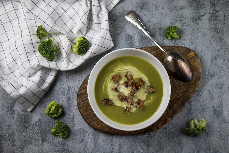Brokolicová polievka s krutónmi