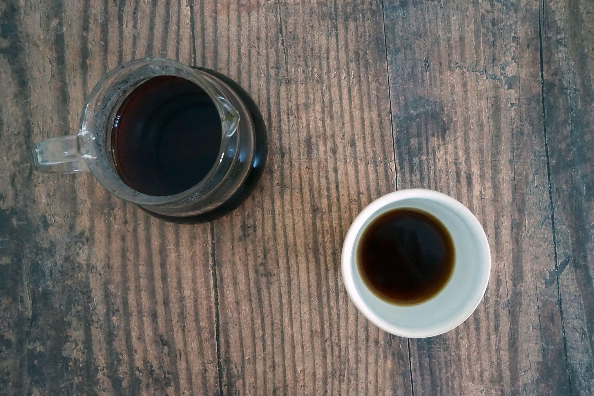 Chceme si udělat klasickou kávu, prostě ne tak hořkou, ale ne tak kyselou. Jak ale na to?