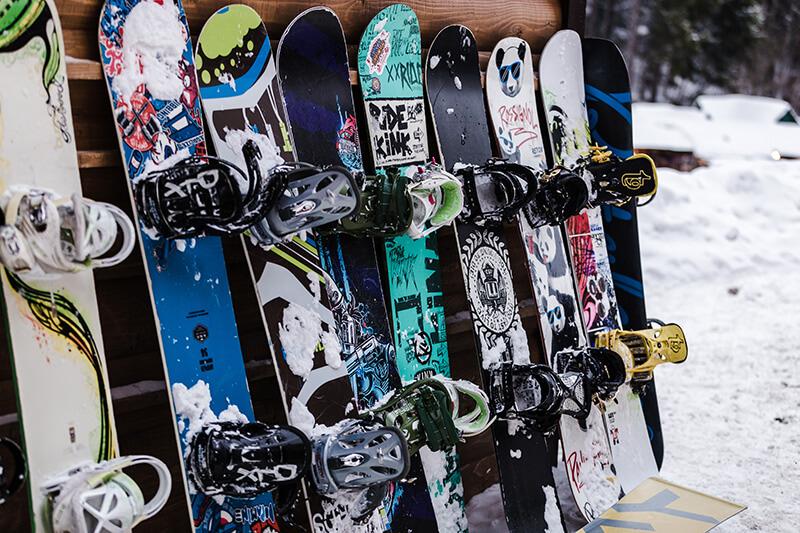 pujcovna-lyzi-snowboardu-a-bezek-dakosport-1