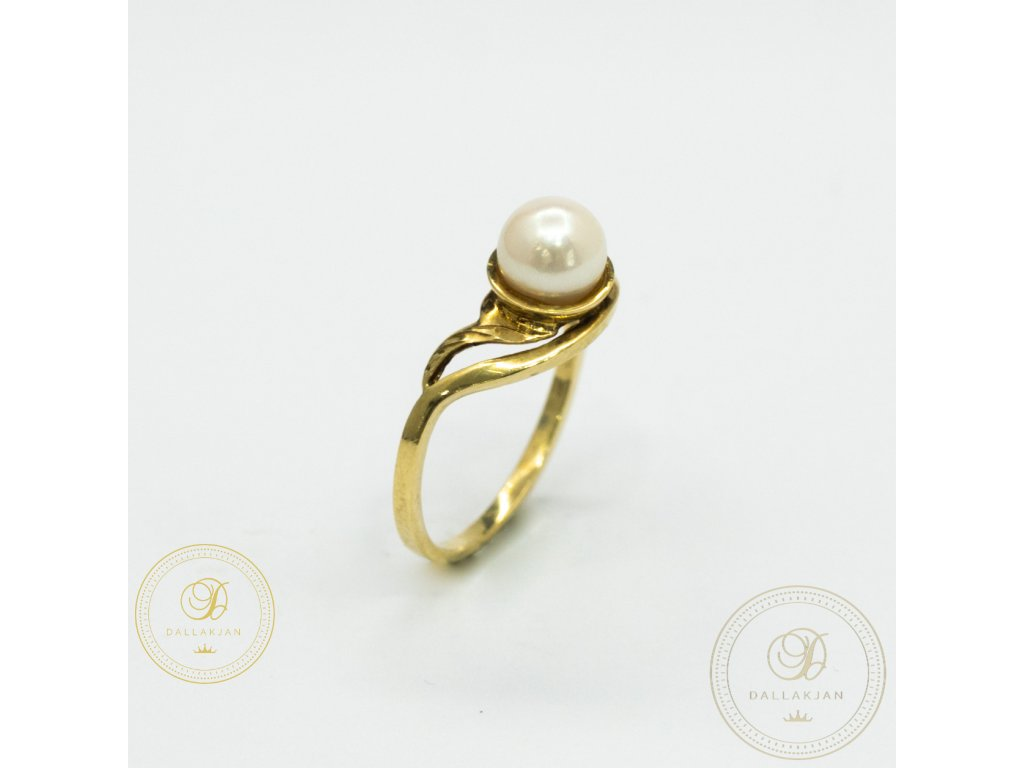 Dámský decentní prsten ze žlutého zlata zdoben perlou (Velikost 55)