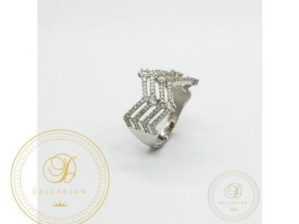 Netradiční dámský prsten z bílého zlata zdoben zirkonem (Velikost 56)